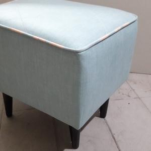 Puff retro quadrado , pés palito baixo, tecido suede azul liso com vivo