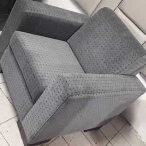 Poltrona quadrada em veludo cinza rustico com detalhes