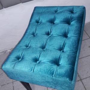 Banqueta pés palito, tecido veludo azul molhado brilhoso
